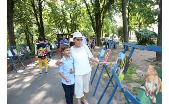 """Un vernisaj plin de optimism în Parcul Libertăţii din Oradea - Micul pictor și """"Visurile lui colorate"""""""