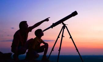 Cerul, în cele mai adânci nopți, poezie pentru ochii elevilor de la Școala Dacia