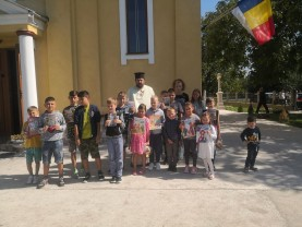 """Peste 160 de copii, sprijiniţi de preoţii din Protopopiatul Tinca - """"Ajută un copil să meargă la şcoală"""""""