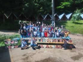 Peste 30 de elevi au realizat obiecte din lut şi lemn - Tabără de meşteşuguri pe Valea Brătcuţei