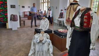 "Expoziție, la Beiuș - ""Cojocul binșenesc, reper etnografic și identitar"""