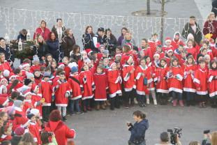 Peste 350 de copii au împânzit oraşul - Colindul Moşilor a adus bucurie orădenilor