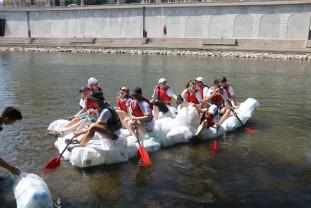 Elevii Liceului German au navigat pe saci din PET-uri - Duși cu pluta... de pandemie