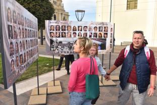 """Expoziţie în Piaţa Unirii de Ziua Oraşului  - """"Oradea 908 ani - 908 portrete""""."""