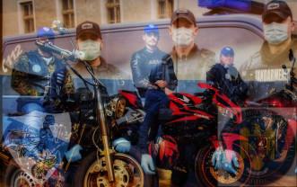 Medicamente pentru vârstnici, copii sau urgențe - Voluntari pe motociclete