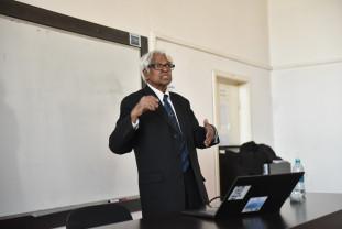 """Profesorul Nathan Jay la Oradea - """"Dezvoltarea economică trebuie privită dincolo de cifre"""""""