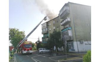 Un apartament și acoperișul unui bloc, cuprinse de flăcări -  Incendiu violent în Oradea