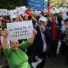 Sub presiunea sutelor de angajaţi din stradă - Bugetul CJ Bihor a trecut la vot