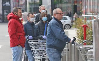 Masca devine obligatorie în toate spațiile publice aglomerate din Bihor