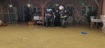 La Beiuș și Ștei, - 10 adulți și un copil, salvați de pompierii bihoreni
