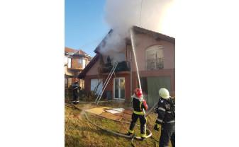Proprietara locuinţei, intoxicată cu fum, a fost transportată la spital - Casă în flăcări la Paleu