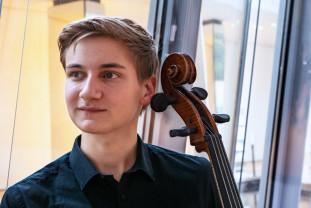 Jan Sekaci. Marți seara, la Filarmonică - Un tânăr orădean, violoncelist de excepție