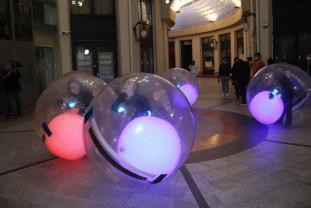 """S-au """"izolat"""" în mingi uriașe și au ieșit în Pasaj - Un happening multicolor la Arcadia"""