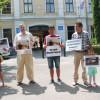 O mână de oameni s-a adunat în faţa Prefecturii Bihor - Îl susţin pe Viorel Paşca