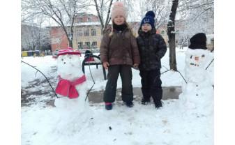 Chiote de bucurie în tot orașul - Parcurile s-au umplut de oameni de zăpadă