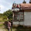 Acoperișul Casei Maniu, distrus de intemperii, cârpit de voluntari - La polul opus, statul