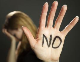 Un bărbat a agresat sexual trei tinere -  Reţinut şi pus sub control judiciar