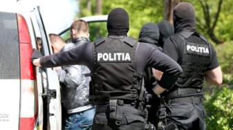 Cei doi au atacat o femeie care stătea în maşină - Adolescenţi arestaţi pentru tâlhărie