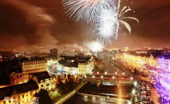 Focuri de artificii la trecerea dintre ani - Revelion în Piața Unirii