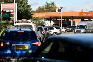 Şoferii armatei britanice au fost mobilizaţi pentru rezolvarea problemei - Cozi infernale la benzinării
