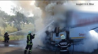 Un echipaj de pompieri militari care se îndrepta spre un exercițiu a intervenit - Tir încărcat cu cereale, cuprins de flăcări