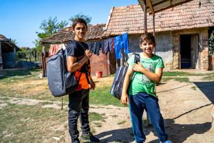 """Elevi bihoreni """"echipaţi"""" prin Fondul de Burse - Sprijiniţi să nu abandoneze şcoala"""