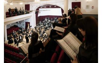 Concert vocal-simfonic neobișnuit la Filarmonică - Coriștii la etaj, orchestra pe scenă