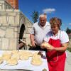 Idee de nota 10. Cuptor construit în centrul unui sat din Iaşi - Toată lumea coace pâine şi cozonaci