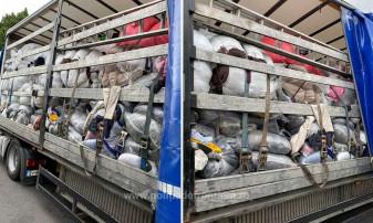 Trei automarfare pline cu haine uzate şi sticlă, oprite de poliţiştii de frontieră - Peste 70 tone de deșeuri