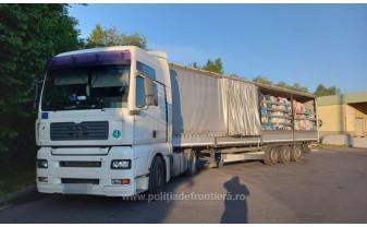 Un şofer polonez a încercat să intre în ţară cu un camion plin cu îmbrăcăminte şi încălţăminte uzate - Peste 15  tone de deșeuri depistate  în Borș