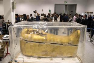 Egipt. Restaurarea sarcofagului aurit al lui Tutankhamon - Primele imagini date publicităţii