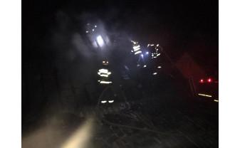 Două case au fost cuprinse de flăcări, cel mai probabil, în urma unui scurtcircuit - Incendiu în cartierul Habitat din Beiuş