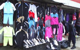Polițiștii au efectuat controale la două magazine din Tinca - Sute de haine și încălțăminte contrafăcute, confiscate