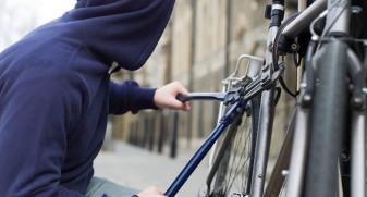 Tineri reținuți de polițiști - Furau biciclete din scările blocurilor