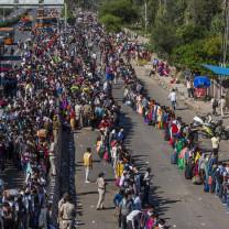 Milioane de persoane din India, nevoite să revină pe jos acasă - Marele exod al săracilor