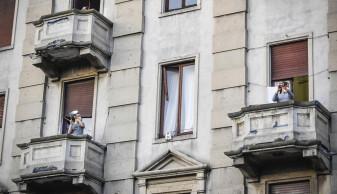 Italienii izolaţi în casă caută noi modalităţi de a-şi învinge teama - Haz de necaz