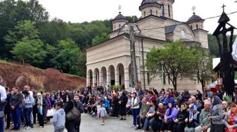 Mii de pelerini la hramul Mănăstirii Izbuc