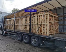 Un camion încărcat cu lemne, oprit de polițiști - Întreaga cantitate a fost confiscată