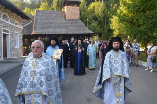 Adormirea Maicii Domnului, prăznuită la Mănăstirea Izbuc - Mii de pelerini au luat hrană duhovnicească