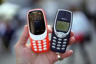 Aproape jumătate dintre români ţin în casă telefoanele vechi - Nu le place reciclarea