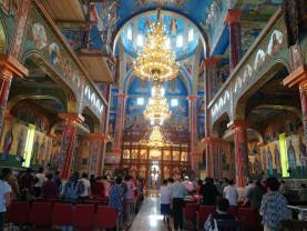 După reluarea slujbelor în interiorul bisericilor - Distanță de 2 metri între credincioşi