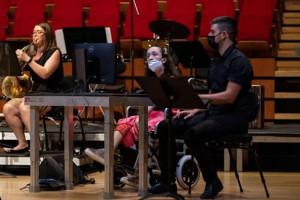 Tehnologia digitală ajută o tânără cu dizabilităţi - Cântă la harpă cu... ochii