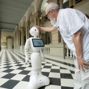 Cuvântul a fost inventat de scriitorul ceh Karel Capek în piesa RUR - Roboții împlinesc 100 de ani